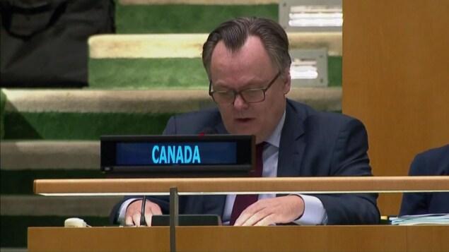 L'ambassadeur Marc-André Blanchard assis au pupitre du Canada à l'ONU.