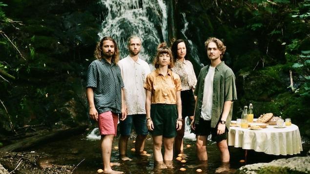 Bleu Kérosène lance L'artifice de l'aube, un deuxième album en quelques mois. On aperçoit cinq beaux jeunes devant une chute d'eau, l'été.