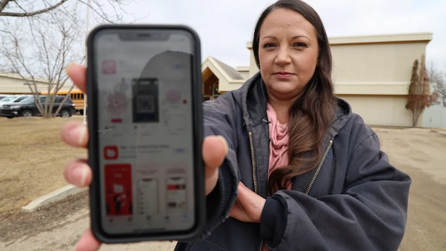Michelle Dionne tient un téléphone cellulaire sur lequel est ouverte l'application Blip dans le magasin d'applications.