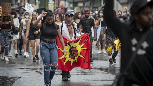 Manifestants autochtones lors d'une marche antiracisme en 2020.