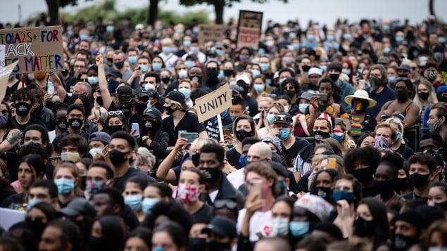 Une foule portant un masque lors de la manifestation Black Lives Matter à Vancouver.