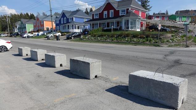 Des blocs de béton.