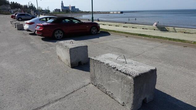Des blocs de béton reposent sur des espaces de stationnement près de la plage de Sainte-Luce.