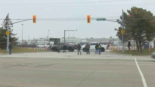 Des membres du syndicat Unifor bloquent l'entrée d'une usine d'assemblage à Windsor.