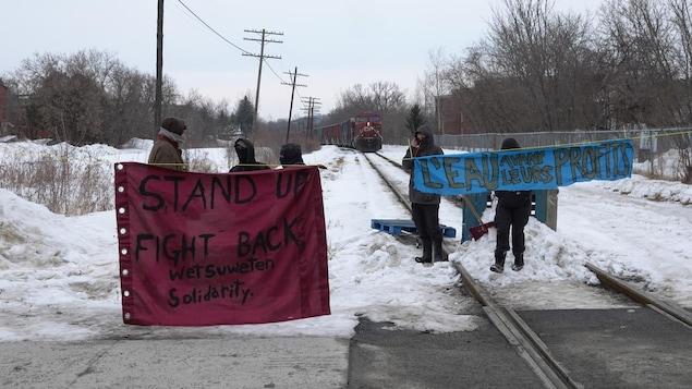 Deux bannières installées par les manifestants.