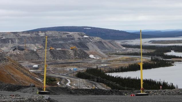 Travaux miniers près d'un lac.