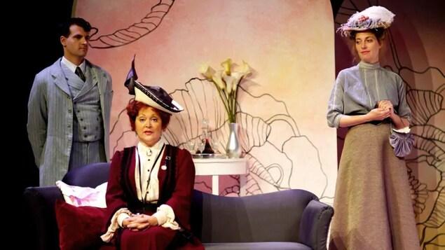 Trois acteurs sur scène lors d'une pièce de théâtre.