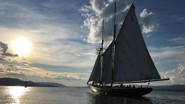 Un grand voilier dans la baie de Gaspé