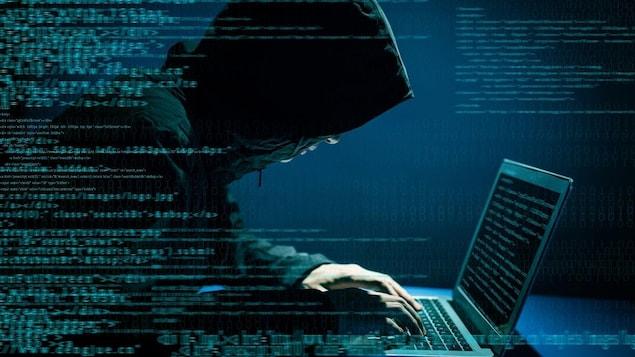 Un pirate informatique utilise un ordinateur.