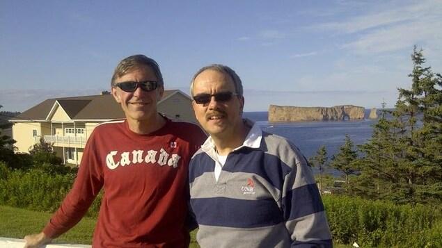 Deux hommes avec des lunette de soleil en Gaspésie.