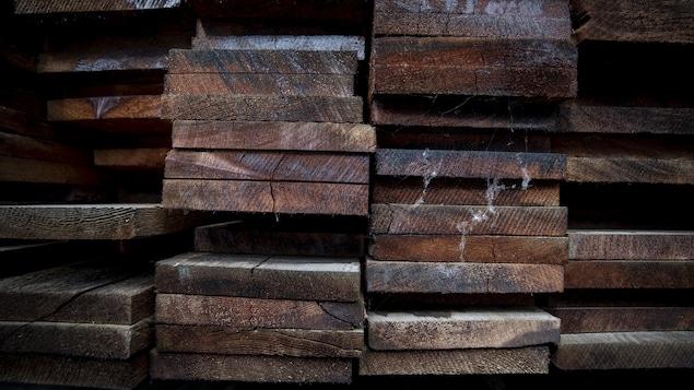 Des planches de bois empilées.