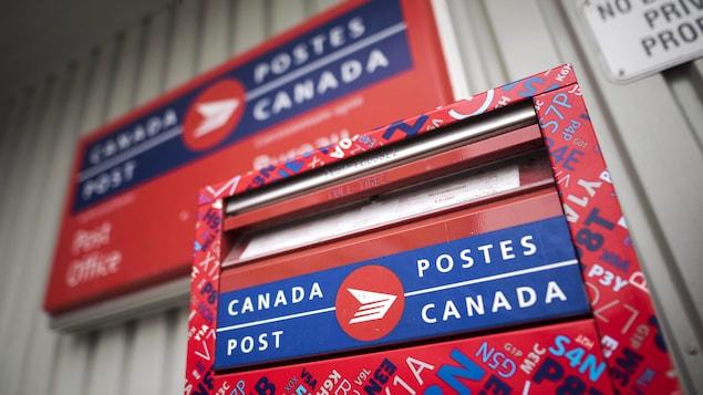 Une boîte à lettres de Postes Canada.