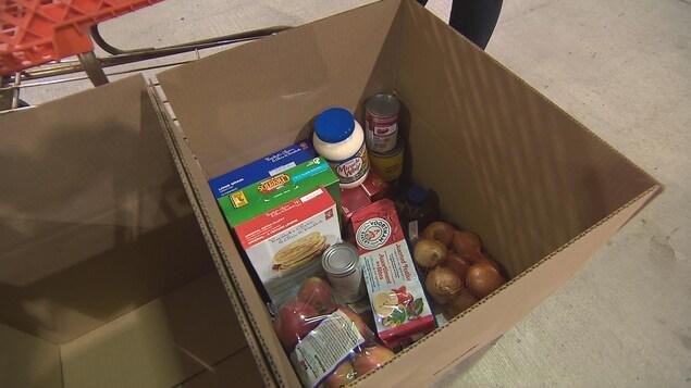 Des aliments dans une boîte en carton.