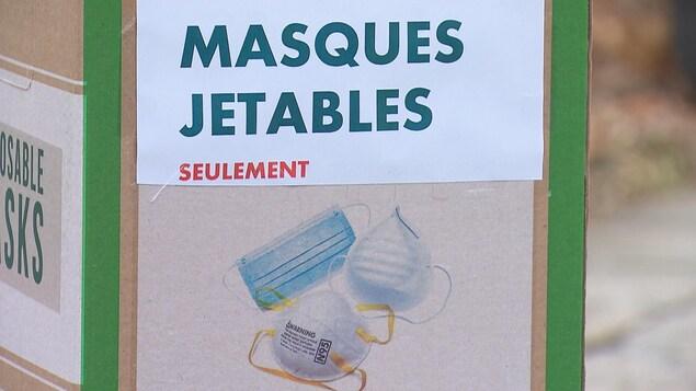Une boîte qui sert à recueillir des masques à usage unique, à Cowansville