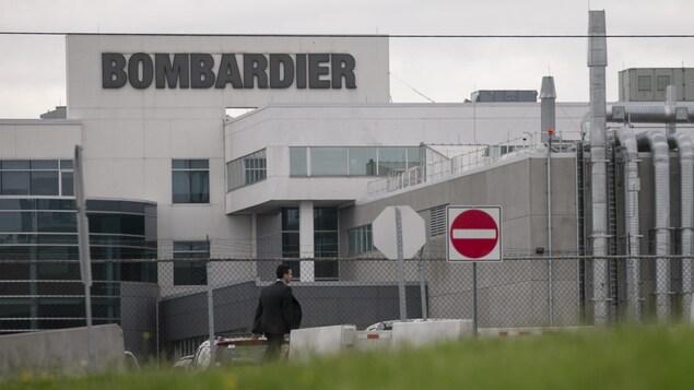 L'usine de Bombardier, derrière un panneau signalant une interdiction de passage.