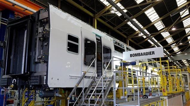 Un wagon en construction dans une usine ferroviaire de Bombardier.