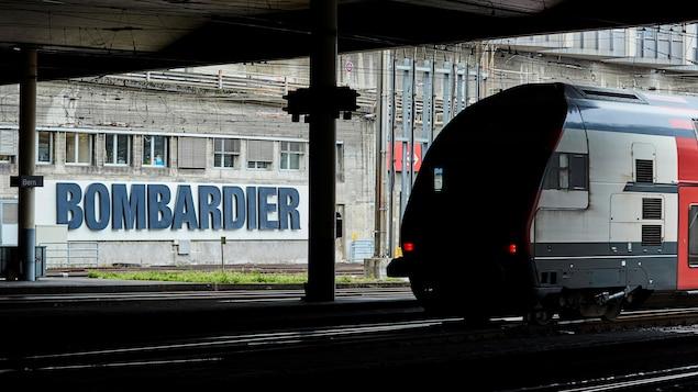 Un train bombardier dans une gare à Berne.
