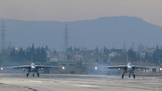 Deux avions militaires décollent.