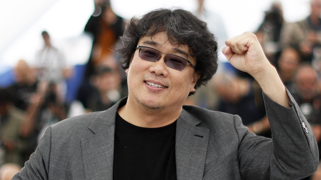 Le réalisateur du film «Parasite» Bong Joon-ho  a le bras levé sur la Croisette.