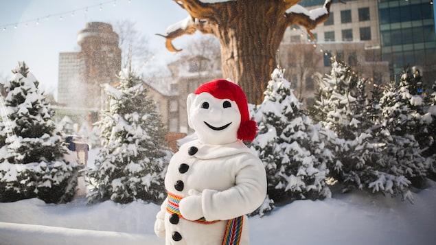 Le Bonhomme Carnaval à l'extérieur en hiver