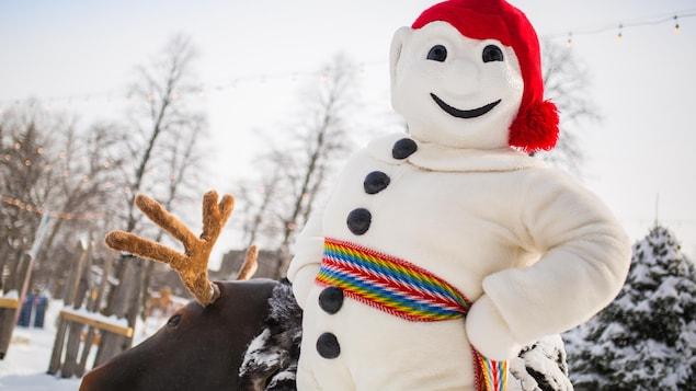 Le Bonhomme Carnaval pose fièrement à l'extérieur en hiver