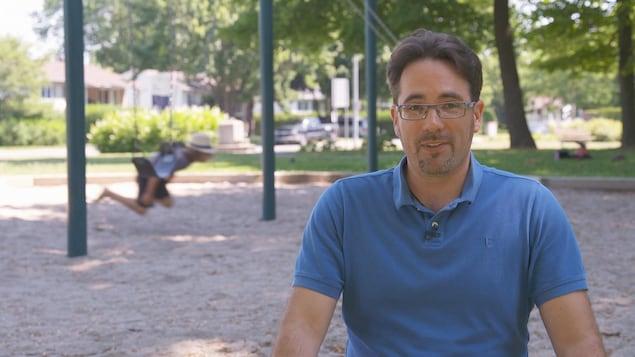 Cédric Budry dans un parc.