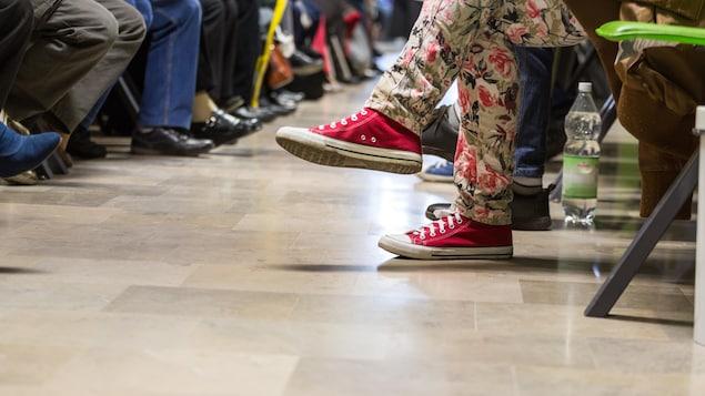 Les jambes de patients dans une salle d'attente médicale.