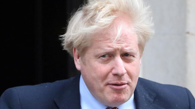 Boris Johnson devant le 10, Downing Street.