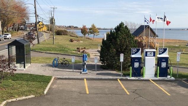 Des bornes électriques sont installées à proximité d'un arrêt d'autobus et d'un support à vélos.