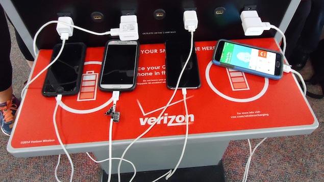 Une borne de recharge USB publique avec des téléphones branchés.