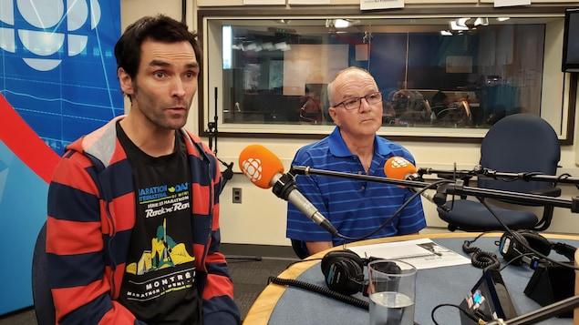 Les deux cyclistes en entrevue dans les studios de Radio-Canada.