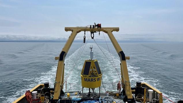 Une bouée attachée à un bateau.