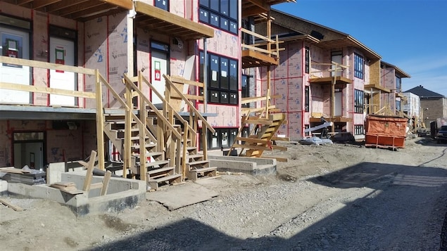 De petits édifices à logements en construction