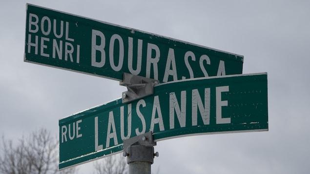 Un panneau de signalisation indiquant le croisement du boulevard Henri Bourassa avec la rue Lausanne.