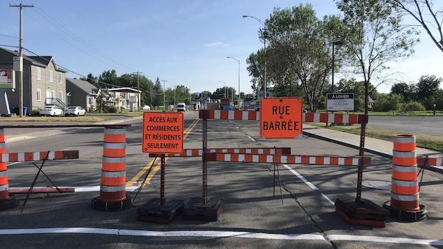 Des affiches, des cônes et des barrières indiquant que le boulevard Louis-XIV est fermé.