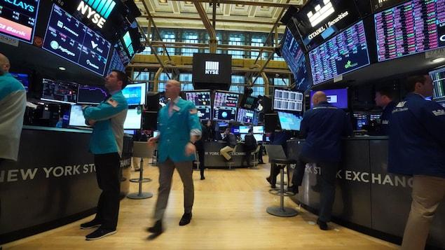 Des traders observent les cours économiques sur le parquet de la Bourse de New York.