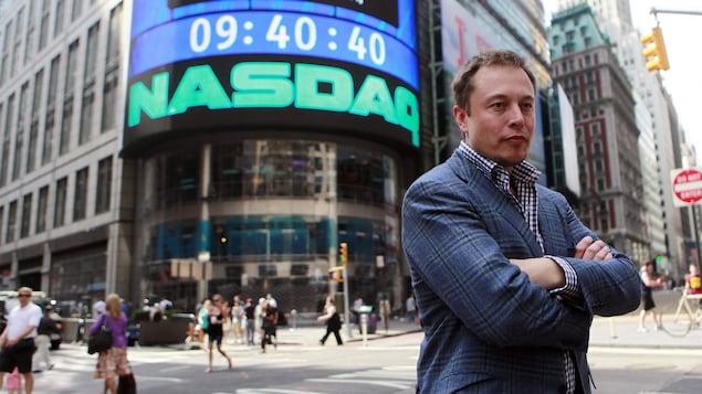Le PDG de l'entreprise Tesla, Elon Musk, est à New York pour donner une entrevue télévisé alors que son entreprise vient d'inaugurer son entrée en bourse, en juin 2010.