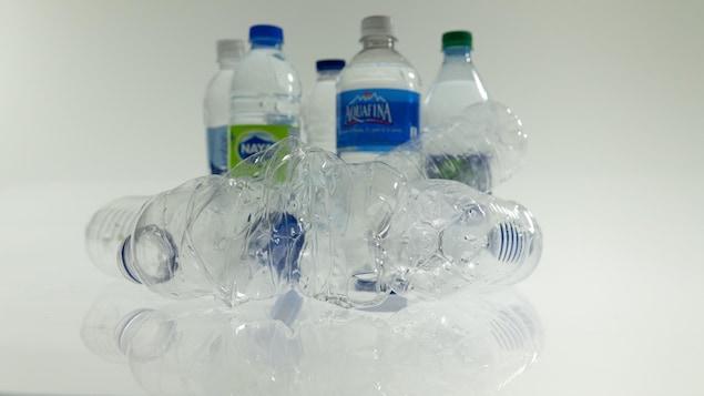 Des bouteilles neuves, et d'autres utilisées.