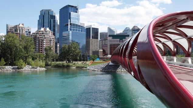 Le pont de la Paix traverse la rivière Bow qui longe les immeubles du centre-ville à Calgary.