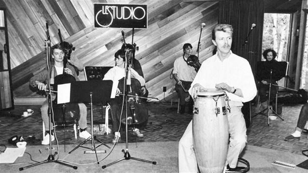 David Bowie en séance d'enregistrement à Morin-Heights dans Le studio d'André Perry. 1984