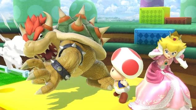 Une capture d'écran du jeu vidéo Super Smash Bros. Ultimate dans laquelle on aperçoit Bowser en train d'attaquer Toad et la princesse Peach.