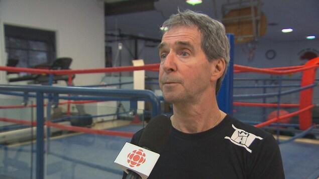 Michel Gagné devant un ring