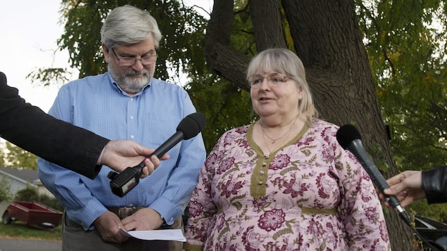 Linda et Patrick Boyle s'adressent aux médias près de leur domicile en Ontario.