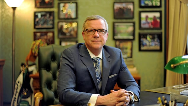 Le premier ministre de la Saskatchewan, Brad Wall, assis à son bureau après sa dernière période des questions à l'Assemblée législative