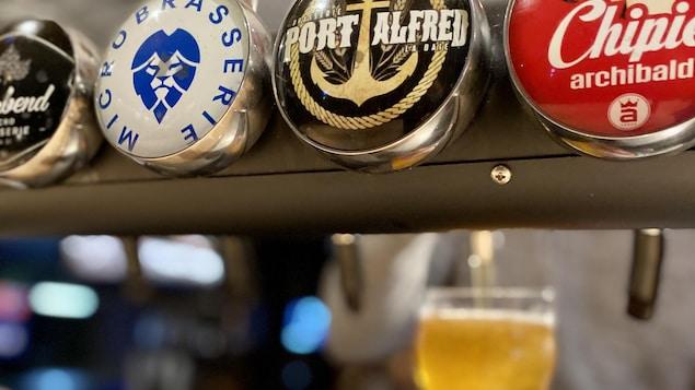 Des fûts de bière avec les logos de leurs marques
