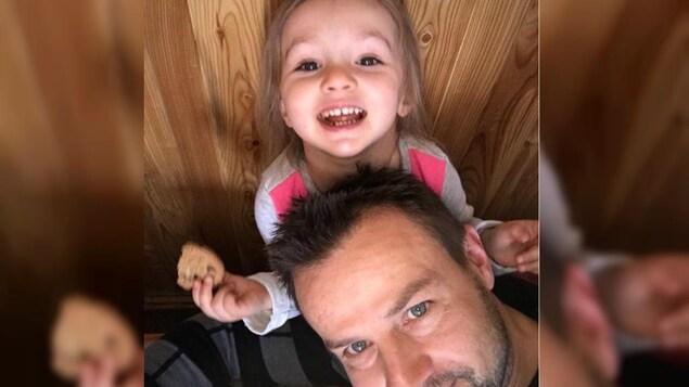 Brayen Lachance et sa fille, Maélia.