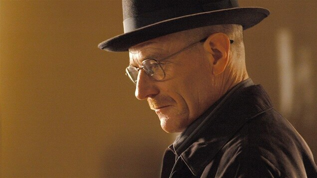 Un homme, plan épaule, avec un chapeau sur sa tête. Il regarde dans le vide, l'air déconfit.