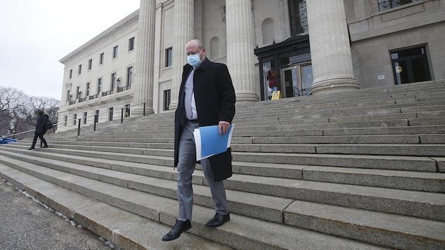 Le Dr Brent Roussin, médecin hygiéniste en chef du Manitoba, descend les marches du Palais législatif à Winnipeg le 30 octobre 2020.
