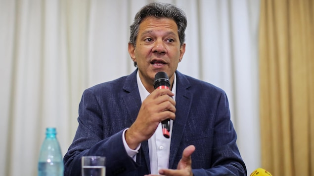 Fernando Haddad parle dans un micro