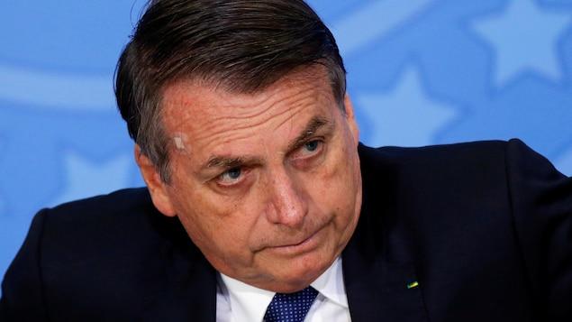 Le président du Brésil, Jair Bolsonaro, vêtu d'un costume sombre